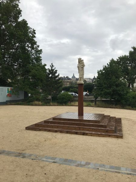La réplique de la statue de Notre Dame de Paris a été installée sur le parvis