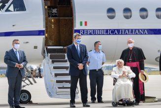 Après avoir montré qu'il faut prendre soin de nos aînés, Benoît XVI rentre à Rome