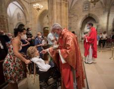 Messe pour les victimes du covid à la cathédrale de Bilbao en présence des autorités : l'évêque donne la communion sur la langue