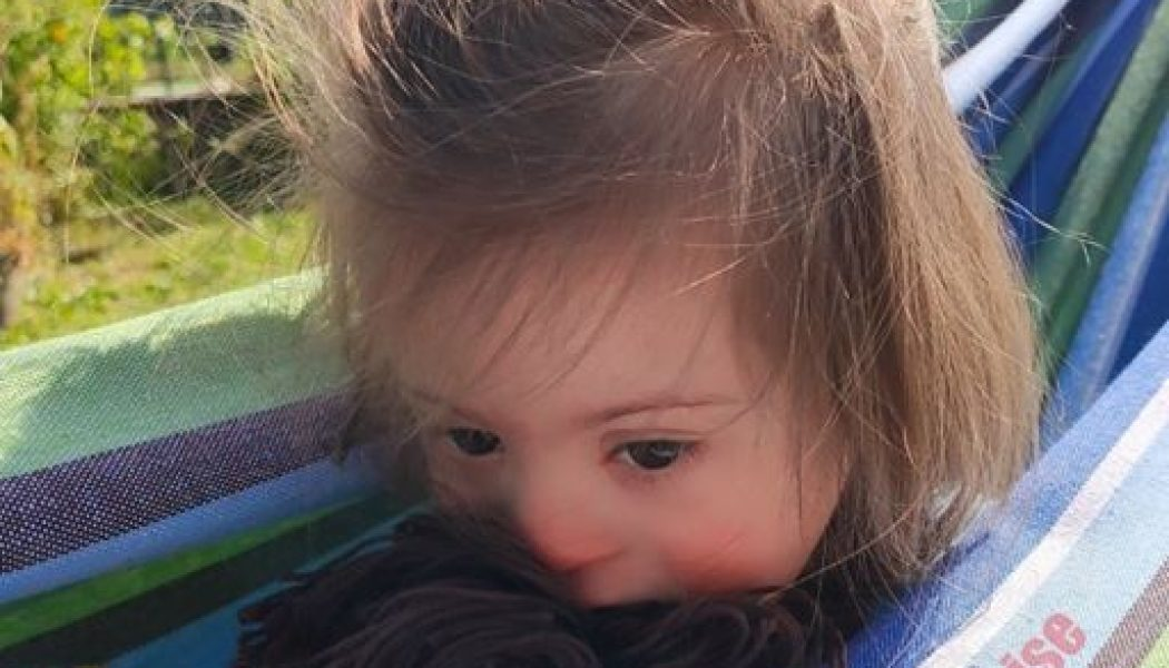 Louise, 5 ans, atteinte de trisomie 21, refusée par un club de vacances