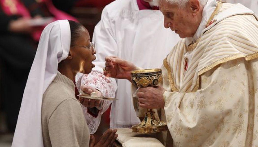 Les pressions sont grandes pour imposer aux fidèles la communion dans les mains 80e637c0ab71f5d8ff0bed6f83b50cb3-1050x600
