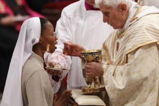 Les pressions sont grandes pour imposer aux fidèles la communion dans les mains
