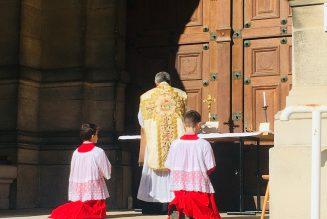St-Germain-en-Laye : messe devant une église fermée
