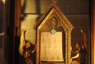 Chartres : Nouvelle vitrine abritant la relique du voile de la Vierge Marie