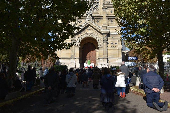 Encore une messe devant des portes fermées à Saint-Germain-en-Laye