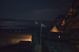 Les drapeaux des royaumes de France et de Patagonie flottent sur le Mont Saint-Michel