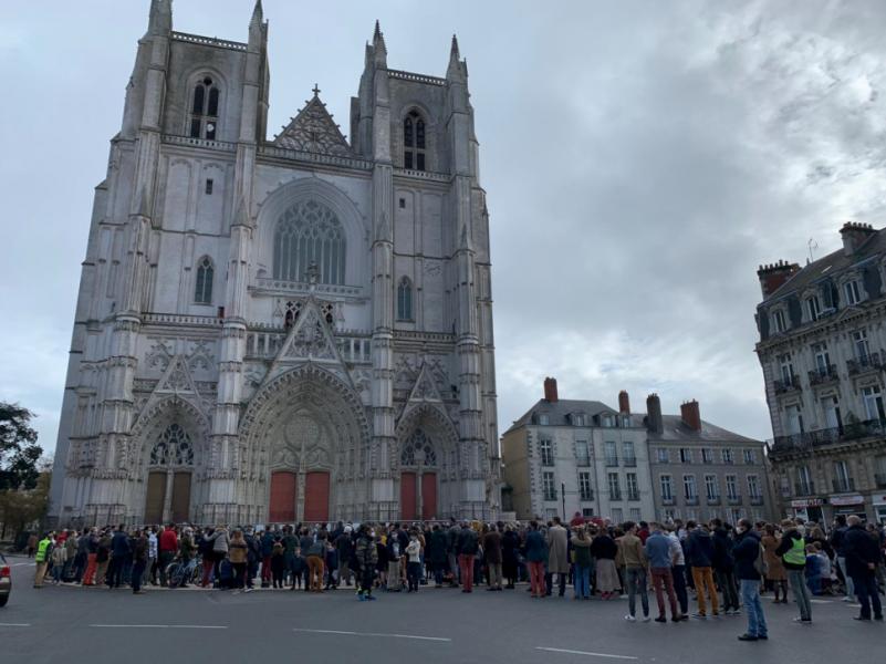 Manifestation devant la cathédrale de Nantes