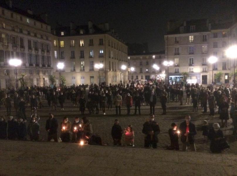 A Versailles, des catholiques se rassemblent devant la cathédrale pour demander la messe