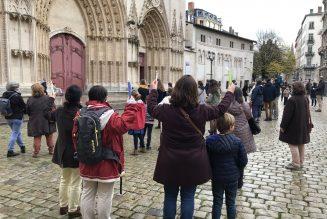A Lyon, des catholiques se rassemblent devant la cathédrale pour demander la messe