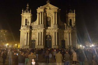 Il est interdit d'avoir la messe dans les églises, mais il est possible de manifester en plein air…
