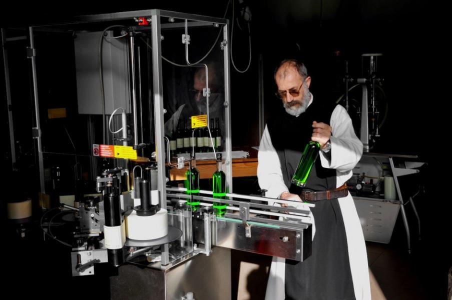 Coup de main aux frères cisterciens de l'abbaye de Lérins : objectif 1000 bouteilles de liqueur