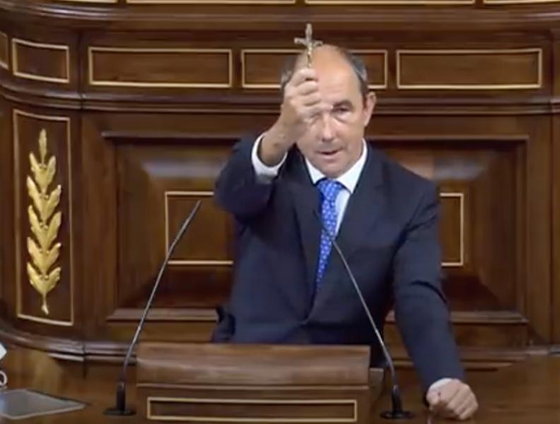 Un député espagnol brandit le crucifix de son grand-oncle, massacré par les communistes