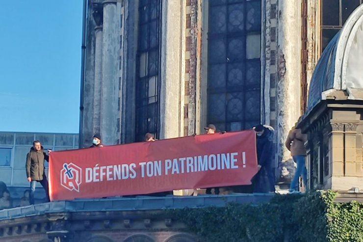 Des militants ont installé une banderole sur le toit de la chapelle Saint-Joseph à Lille, pour s'opposer à sa destruction
