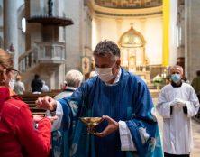 Imposer la communion dans la main est injustifié et constitue un grave abus de pouvoir et de cléricalisme