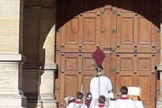 Messe des Rameaux à Saint-Germain-en-Laye devant l'église de l'hôpital toujours fermée à clé