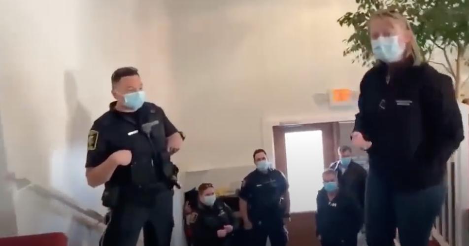 Un pasteur canadien expulse les policiers venus faire un contrôle à Pâques dans son église