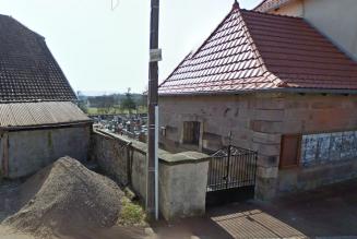 Le mur d'un cimetière détruit par des voyous