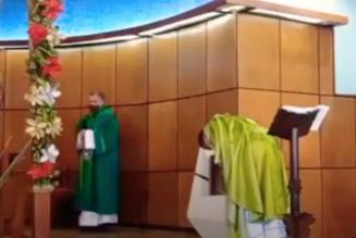 Un prêtre colombien impose la communion à genoux et sur la langue après avoir eu une vision du Christ piétiné