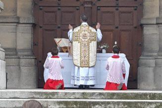 Saint-Germain-en Laye : un dimanche de la Miséricorde devant une église fermée