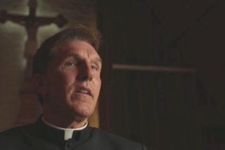 Un prêtre suspendu pour avoir critiqué les vaccins contre le Covid et le Parti démocrate