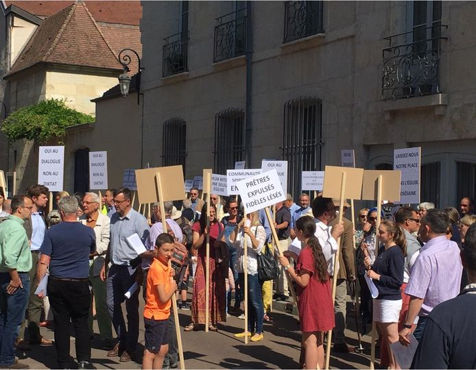 Manifestation devant l'évêché de Dijon contre l'expulsion des prêtres de la Fraternité Saint-Pierre