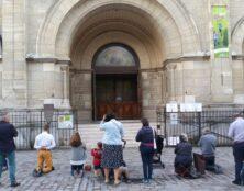 Rosaire devant l'église Notre-Dame du Travail à Paris 14e