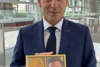 Rendre hommage au professeur Samuel Paty tout en exposant la photo de deux guignols