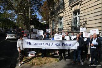 Nouvelle manifestation devant la nonciature et bientôt devant l'archevêché de Paris