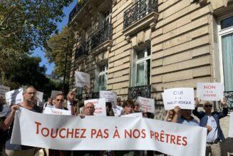 Une centaine de catholiques manifestent devant la nonciature