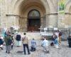 Chapelet récité sur le parvis de l'église Notre-Dame du Travail à Paris 14e
